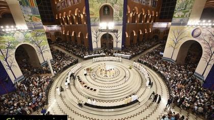 A Imagens mostra uma vista panoramica do altar central da basilica de nossa senhora de aparecida