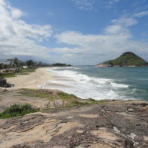 Pedras e feixa de areia na praia da macumba no Rio de Janeiro