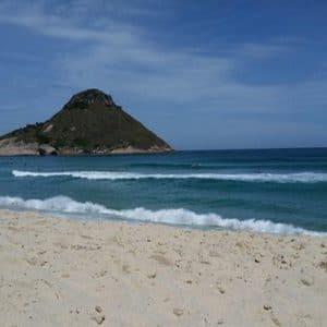 vista da areia na praia da macumba