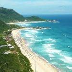 Vista panorâmica da praia mole em Santa Catarina