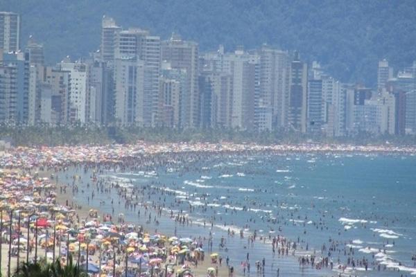 Câmera ao vivo de praia grande em alta temporada.